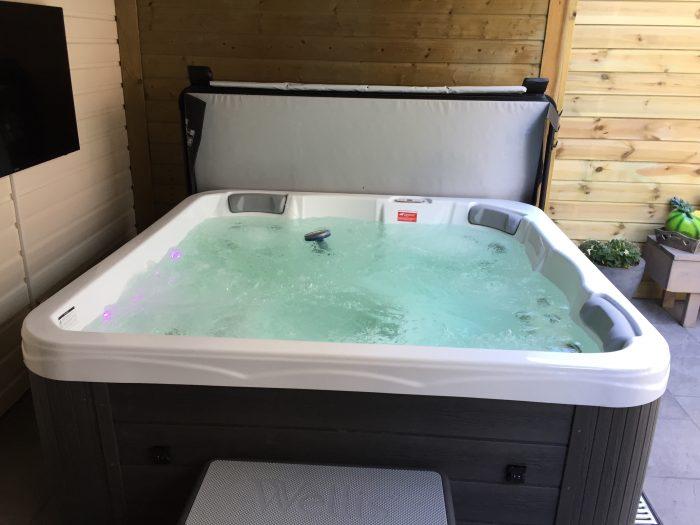 Wellis spa onder overkapping