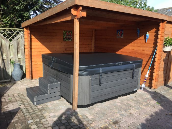 Wellis spa onder overkapping